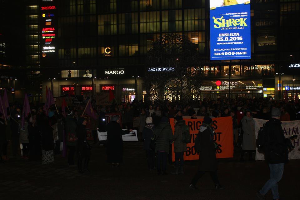Helsingin Otetaan yö takaisin -mielenosoitus kokoontuu Kampin Narinkkatorilla. Paikalla saapui järjestäjien mukaan yli 700 ihmistä.