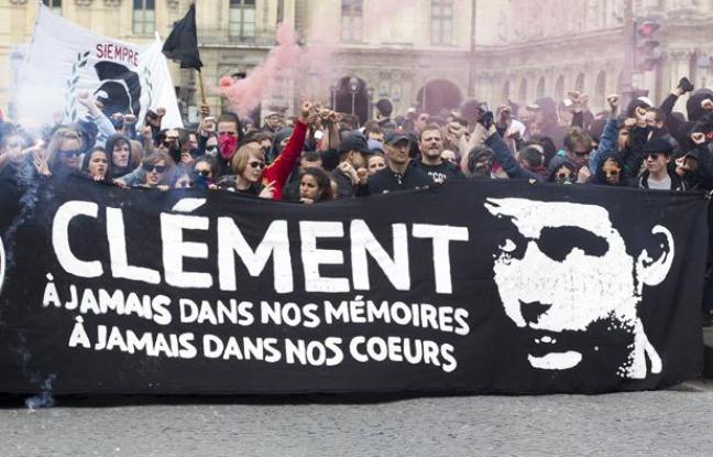 """Pariisilainen antifasisti Clément Méric kuoli 5.6.2013 """"kolmannen tien"""" fasistiryhmään kytkeytyneiden natsiskinien murhaamana. Antifasistit ovat järjestäneet joka vuosi kesäkuun 5. päivänä Pariisissa ja muualla mielenosoituksia Clémentin muistolle."""